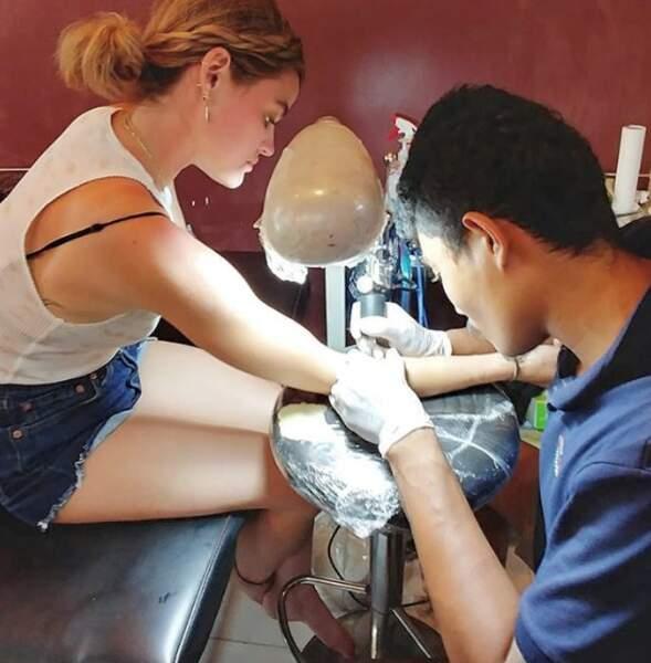 De passage au Cambodge, l'actrice Lucy Hale a fait un tour chez le tatoueur.