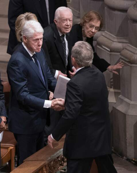 George W. Bush reçoit une marque de soutien de Bill Clinton