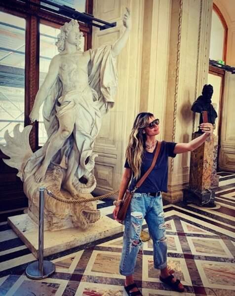 Heidi Klum en pleine séance de selfies au Louvre...
