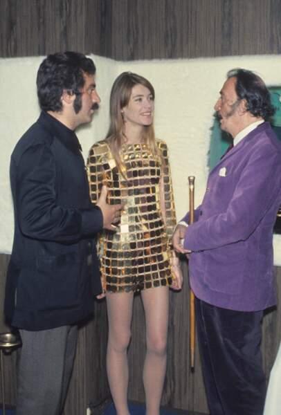 Dali à sa gauche et Paco Rabanne à sa droite, qui a créé cette robe en or à 10 millions de dollars (1968).