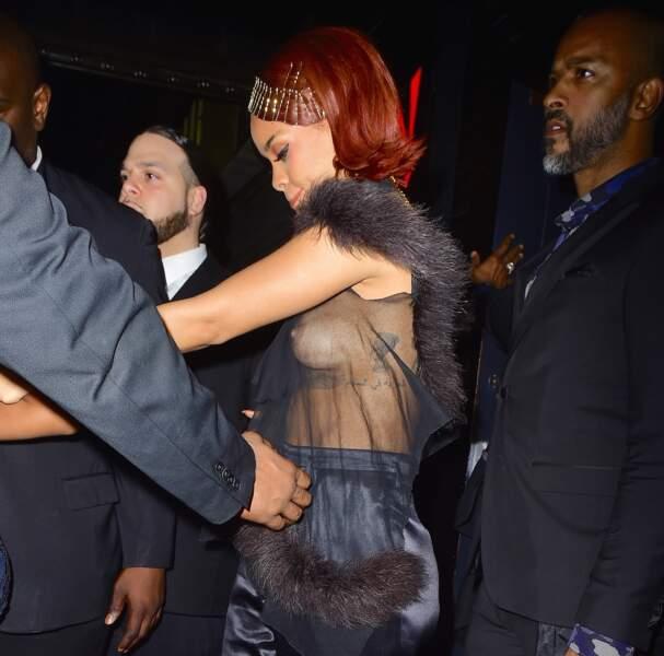 Rihanna aime la transparence... Mais sans sous-vêtements