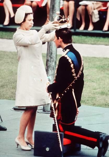 Entre temps, elle a couronné son fils aîné Charles, prince de Galles et héritier de la couronne