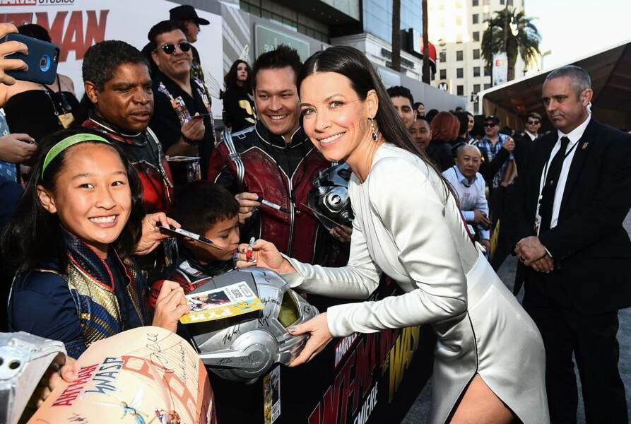 Belle et souriante, elle prend même le temps de signer quelques autographes avec ses fans !
