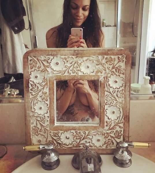 Selfie boobs pour la belle Rosario Dawson.