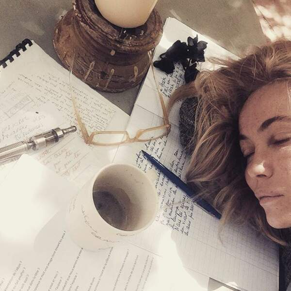 Alors qu'elle révisait ses partiels, Emmanuelle Béart s'est endormie sur ses fiches.