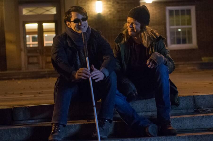 Le super-héros (Charlie Cox) aveugle lutte, la nuit, contre la criminalité dans la quartier Hell's Kitchen