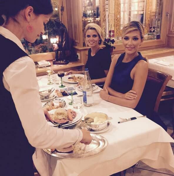 Sylvie Tellier et Camille Cerf profitent de la nourriture alsacienne.