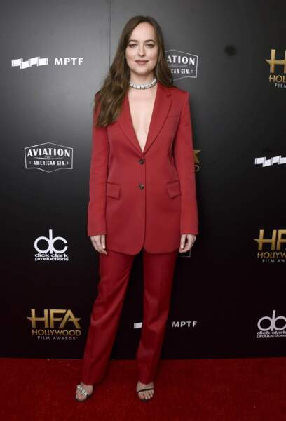 Elle n'est pas un peu grande cette veste, chère Dakota Johnson ?