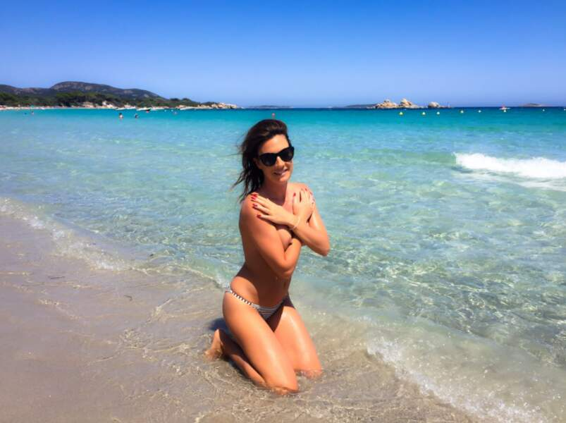 Rien de tel qu'une pose pin-up sur les plages de Corse pour se requinquer, telle est la devise d'Eve Angeli !