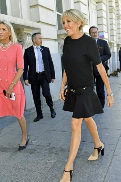 Pour ses premiers pas à l'international, madame Macron a opté pour la petite robe noire...