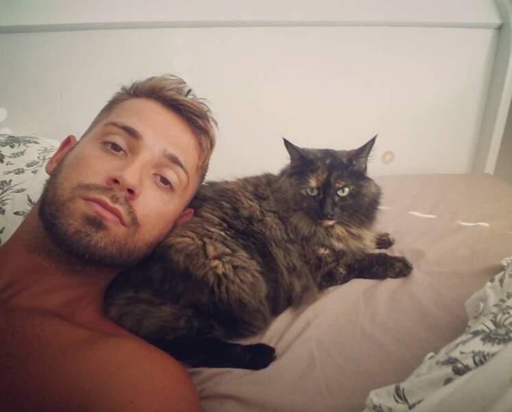 Les fans peuvent aussi le retrouver, avec son chat, sur son compte Instagram