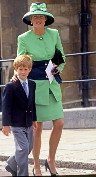 À 8 ans, Harry a déjà une grande pratique des cérémonies officielles avec sa maman la princesse Diana !