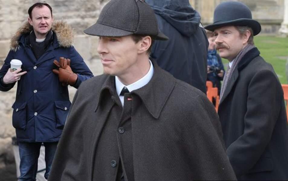 Jhon Watson et Sherlock photobombés par Mycroft, café à la main