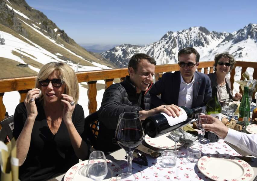 Pendant que sa Brigitte a le dos tourné, Emmanuel Macron abreuve la tablée en vin