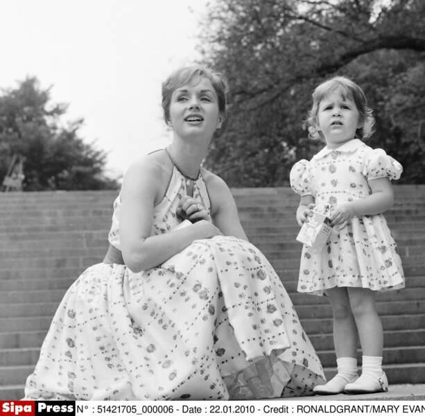 Enfant avec sa mère l'actrice Debbie Reynolds