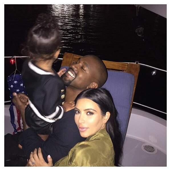 Kanye est concentré sur son enfant, Kim K par l'objectif. Chacun ses priorités.