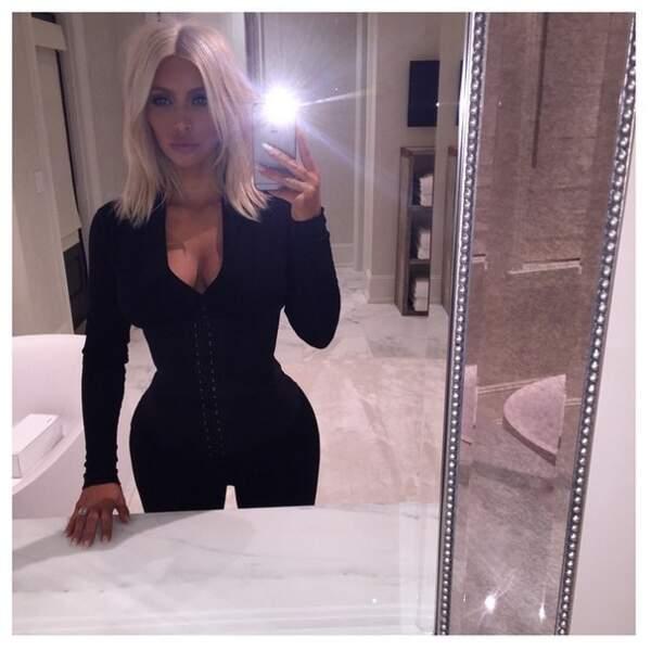 On continue avec Kim Kardashian, très décolletée...