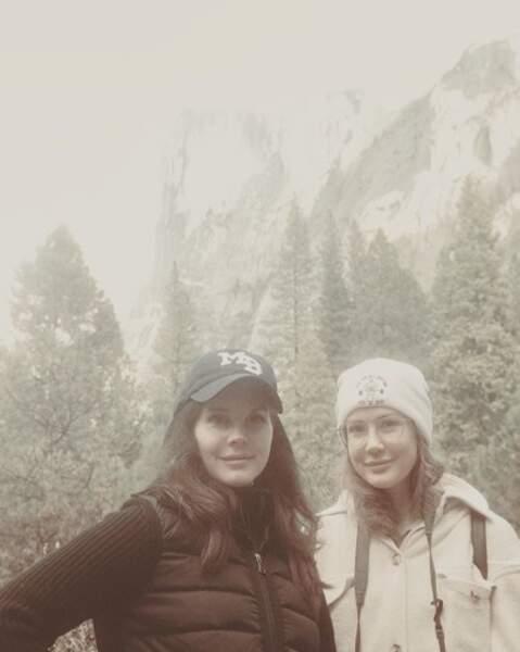 Et voici la vraie sœur de Lana del Rey, Caroline. Il y a un sacré air de famille, non ?