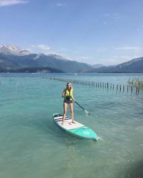 La youtubeuse Sandrea a fait du paddle sur le lac d'Annecy.
