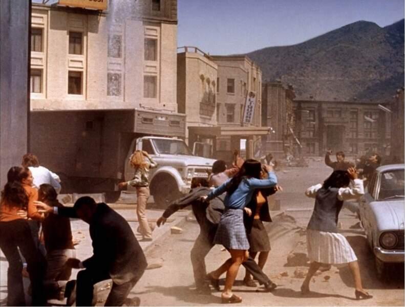 Tremblement de terre (1974) : Charlton Heston tente d'échapper aux débris.