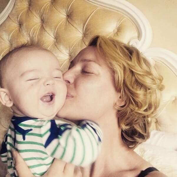 Un gros bisou pour le petit Joshua de la part de Katherine Heigl.