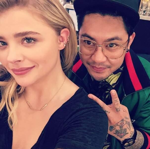 Avec son pote tatoueur...