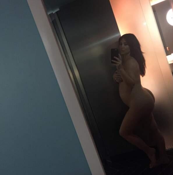 Pendant que Kim Kardashian pose nue pour nous montrer qu'elle est vraiment enceinte