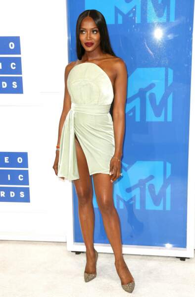 Naomi Campbell, elle, ose la robe très échancrée