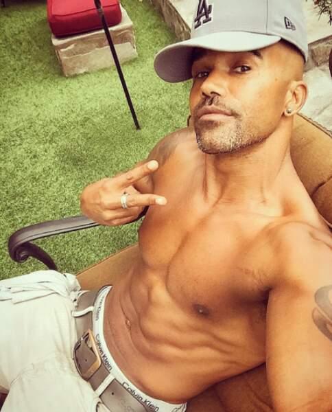 Shemar Moore continue son activité principale : prendre son torse musclé en selfie