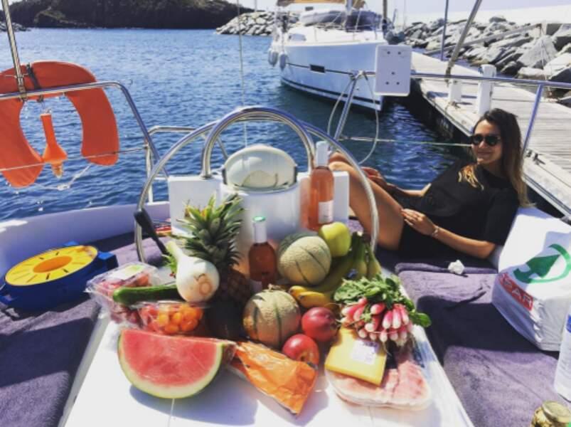 Joyce Jonathan à Saint-Tropez, qui mange 5 fruits et légumes par jour tout en buvant du rosé.