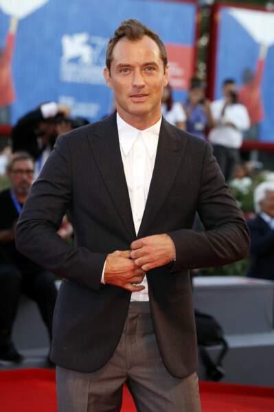 Jude Law, était sur le tapis rouge pour la série The Young Pope