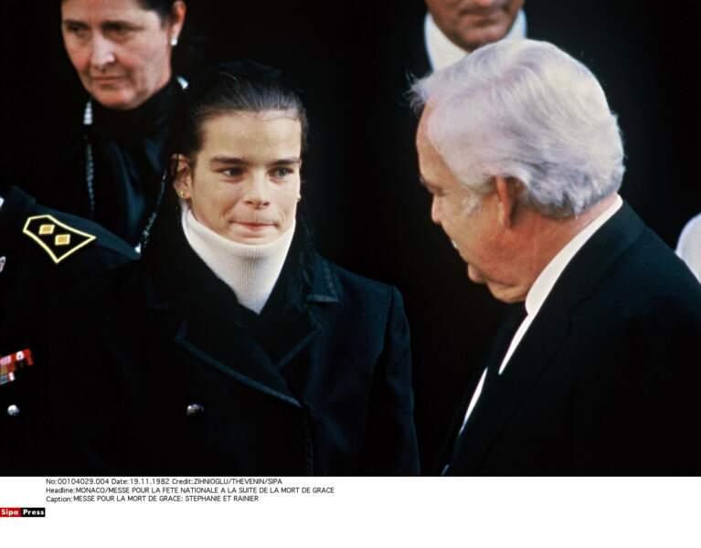 Quand la princesse Grace meurt en 1982, Stephanie a 17 ans. Mais papa est là…