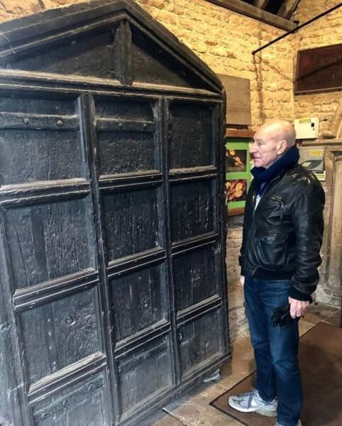 Patrick Stewart a fait du tourisme et admiré cette porte construite il y a environ 700 ans. Intéressant.