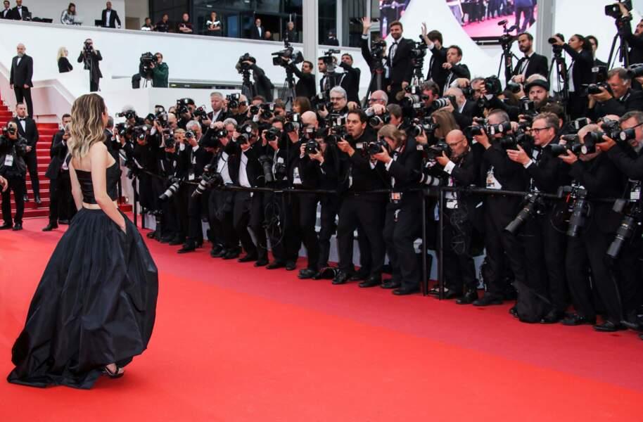 Habituée du festival, c'est vêtue de noir qu'elle monte les marches pour le film La belle époque