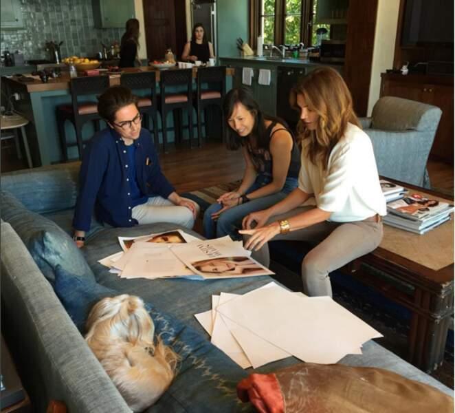 Mais ne vous méprenez pas, Cindy est une femme occupée. Ici, chez elle à Malibu pour préparer son livre.