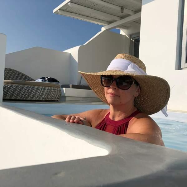 À Mykonos, Melissa Joan Hart passerait presque incognito