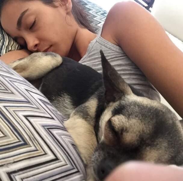 Et Dani devra partager le lit de sa belle avec son chien...