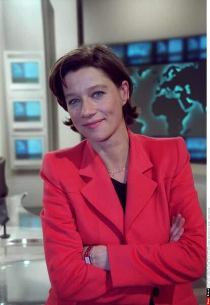 Carole Gaessler en 1999 sur le plateau de France 2 pour le JT de la mi-journée