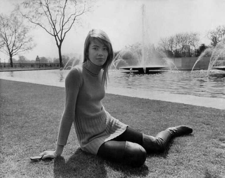 1968 : robe pull et cuissardes. Un classique indémodable.