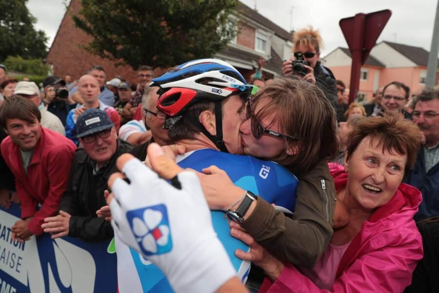 Arnaud Démare a célébré son triomphe au début du Tour dans les bras de sa chère Morgane