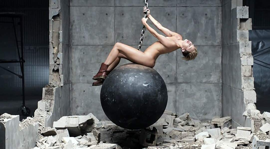 Dans le clip de Wrecking Ball (2013), dirigé par le photographe de mode Terry Richardson, Miley se met déjà à nue.