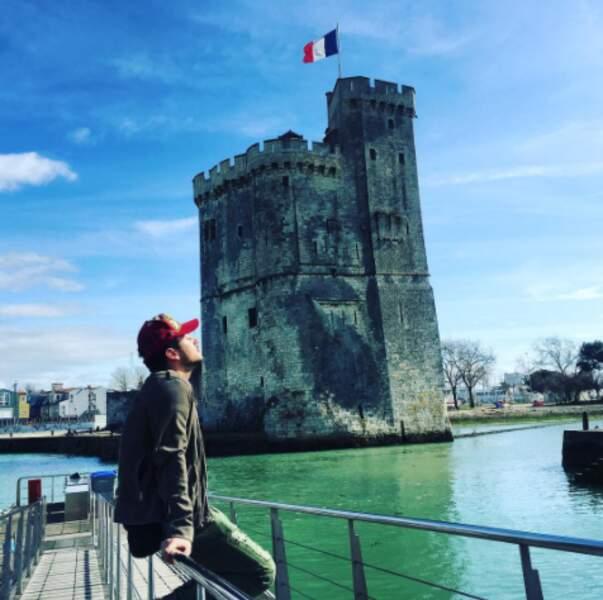 Kev Adams a pris le soleil à La Rochelle.
