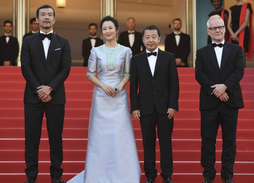 Le réalisateur Jia Zhang-Ke et ses acteurs Liao Fan et Zhao Tao avec le directeur du Festival Thierry Frémaux