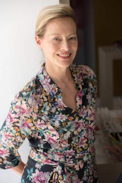 Sa femme, Marie Estrela, est interprétée par Gabrielle Lazure