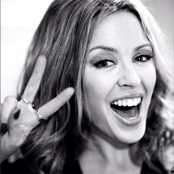 Kylie Minogue maîtrise le signe de The Voice. Ouf !