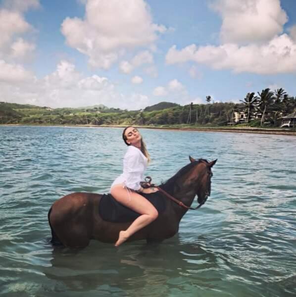 Perrie Edwards était très à l'aise sur son cheval.