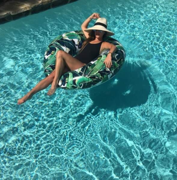 Traditionnelle photo de piscine pour Lea Michele et sa bouée