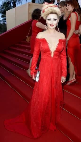 Elina Lenina (Nice People) a trouvé un moyen d'exister à Cannes : se ridiculiser