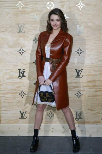 La top model australienne Miranda Kerr magnifique en mentaux de cuir rouge