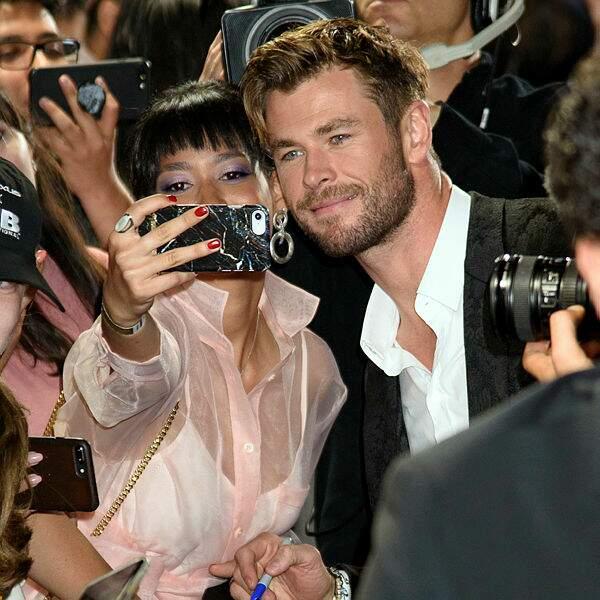 Chris Hemsworth prend des selfies avec ses fans